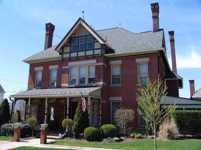 Elegant living 1882 Victorian Home - Massillon