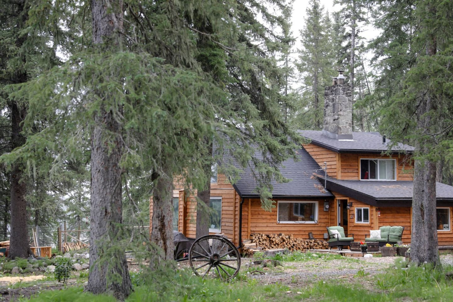100 year old restored historic cabin with amazing river views.  Beautiful restored logs(inside), and a truly quaint rustic feel.  Dog friendly with permission as there is a fenced yard, and dog pen.  Wood and gas fireplace.  www.visitbraggcreek.com