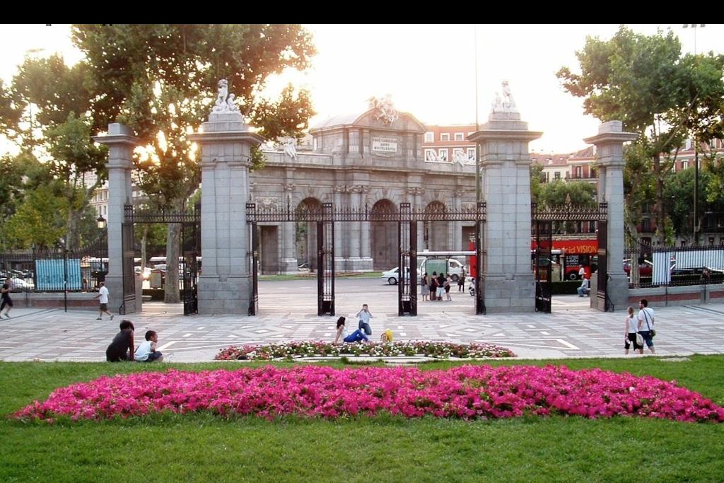 Vista de la Puerta de Alcalá desde dentro del parque de El Retiro