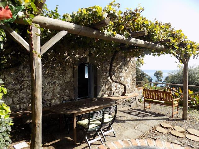 Antica casa di pietre sul mare - Carruba - House