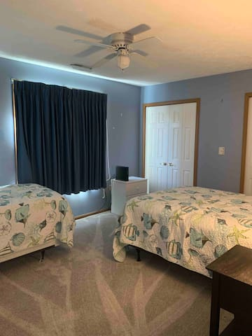 2nd bedroom with full and single beds