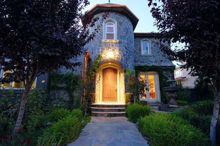 Elegant Private Executive Estate and All Amenities