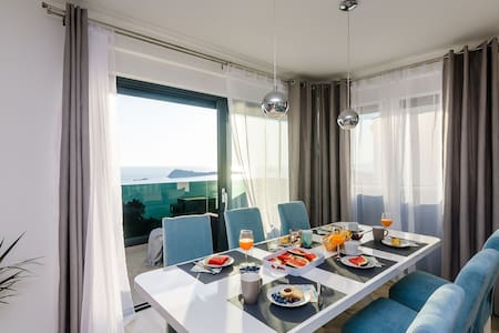 Seaview Deluxe Suite with Hot Tub and Free Parking