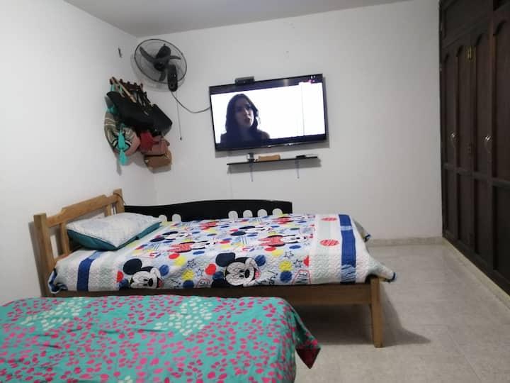 """Casa Compartida  Hab con Aire TV 50"""" 3 Personas"""