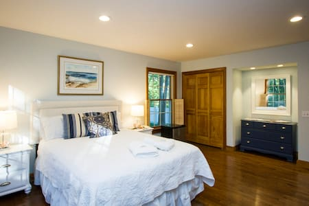 Comfortable bed w/ private bathroom - Southampton - House