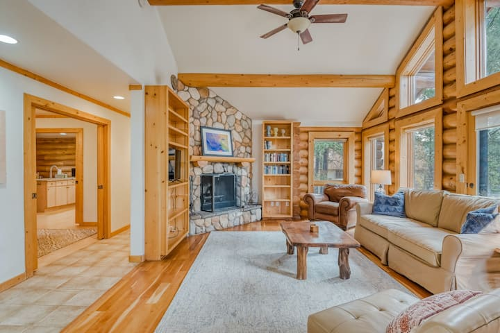 Gorgeous, dog-friendly cabin w/ a wood-burning fireplace & private washer/dryer