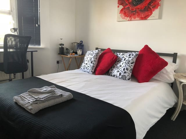 DOUBLE ROOM NEAR CITY WIFI/SKY TV/ FREE PARKING