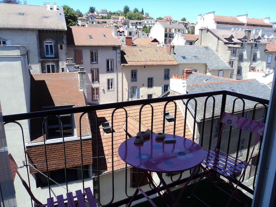 Petit balcon avec vue sur les hauteurs d'Aurillac