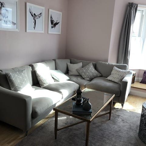 Light and spacious double room in maisonette