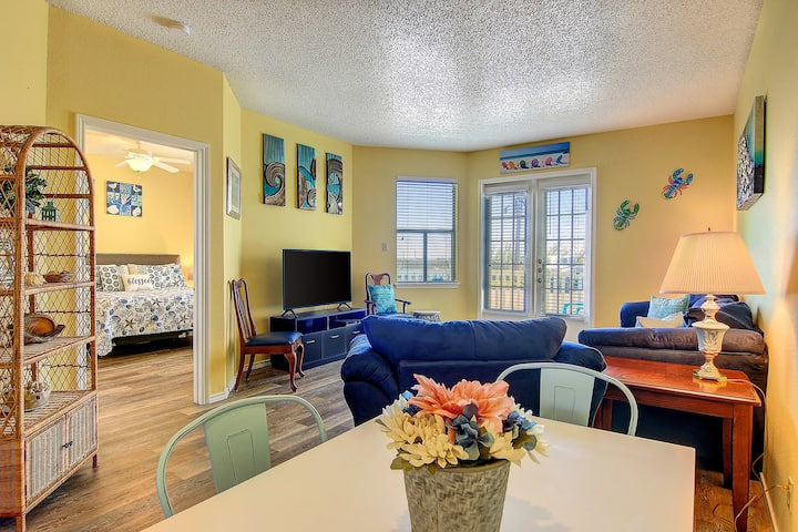 Seaside condo w/ a shared pool, hot tub, free WiFi, central A/C, & washer/dryer