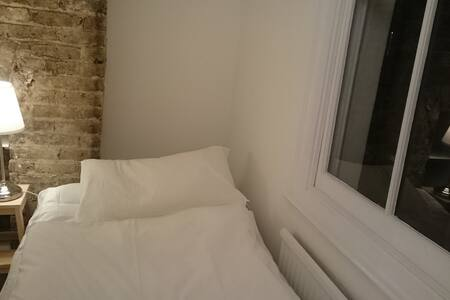 Tiny cheap room in Central London.