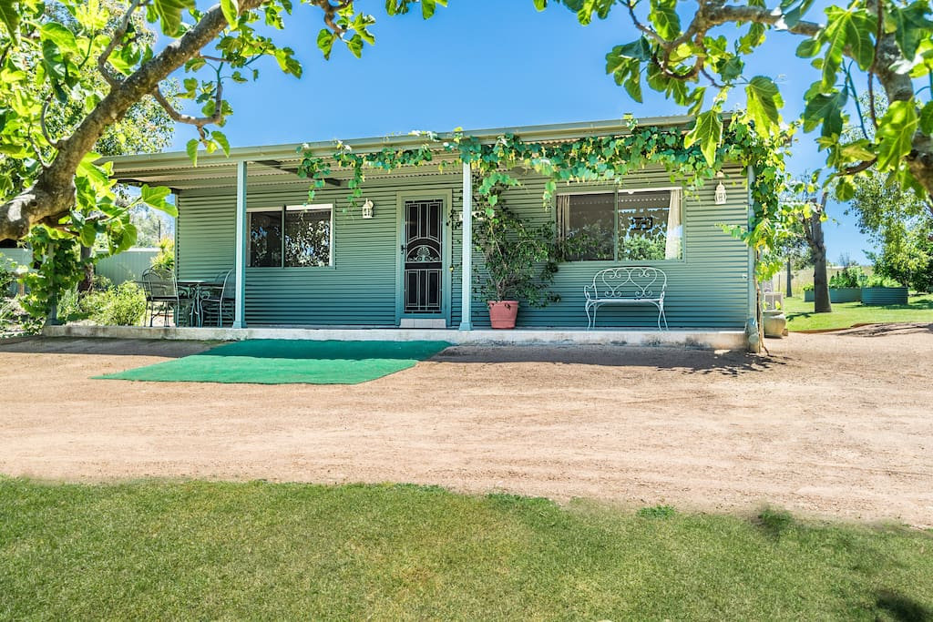 Self contained cottage on 33 acres beside Zoo