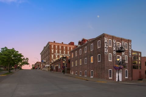 Historic Boutique Hotel in Southern MN (Q.Bed)