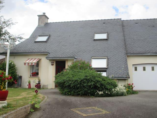 Le  calme  du  village 35 euros  la  nuit - Inzinzac-Lochrist - Huis