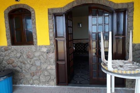 Casa de frente para lagoa em condomínio de iguaba