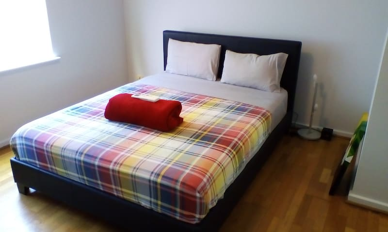 Beautiful bright master bedroom in Subiaco - Subiaco - House