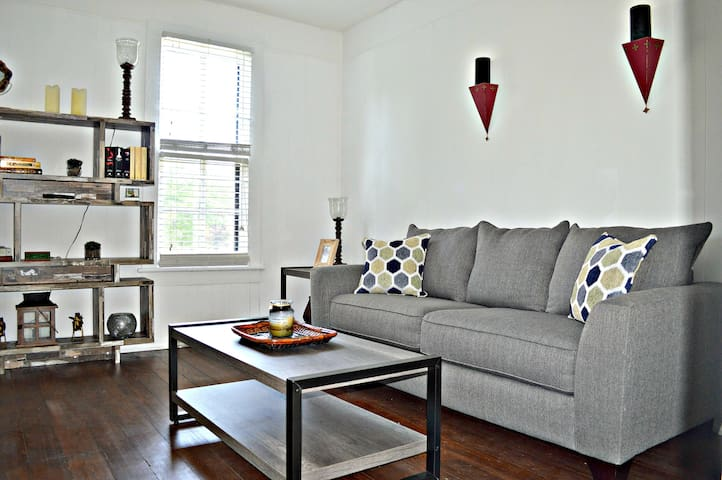 West Central Apt -Modern Finishes, Historic Charm