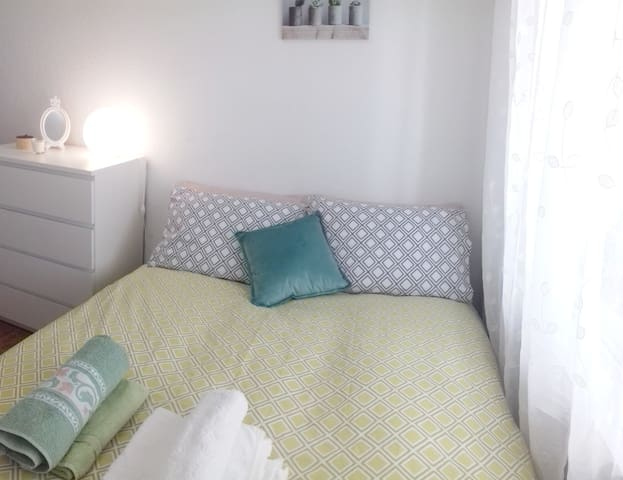 Cosy double room with WiFi, air-con & heating