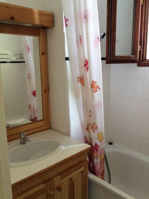 Salle de bain avec baignoire, plus une 2e avec douche