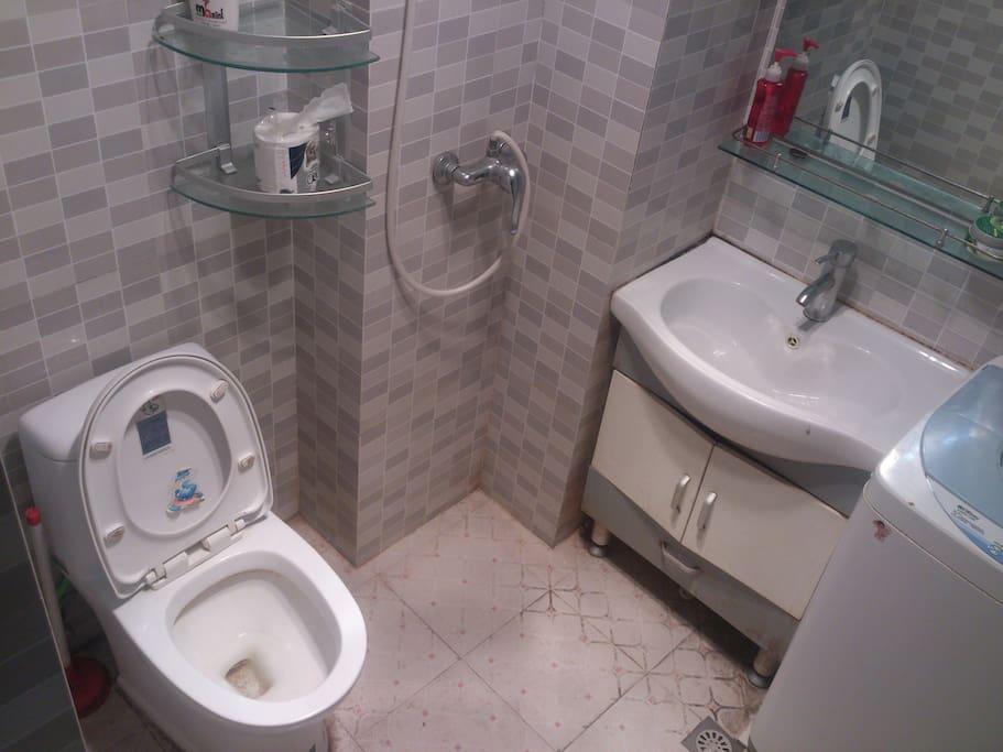 带洗衣机、浴霸的独立卫浴,隐身顶棚的热水器。