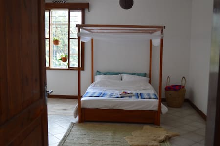 Light and spacious room with balcony & garden view - Arusha - Villa