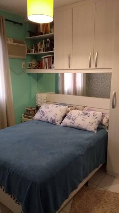 O quarto de casal disponível no apartamento