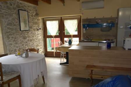 Studio dans belle maison a la campagne - Bassanne - Apartamento
