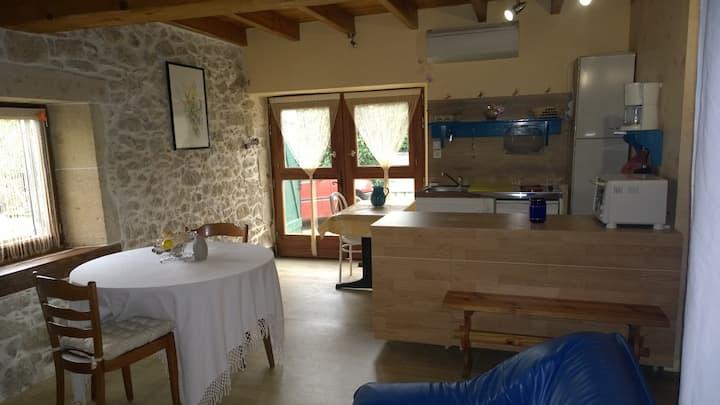 Studio dans belle maison a la campagne