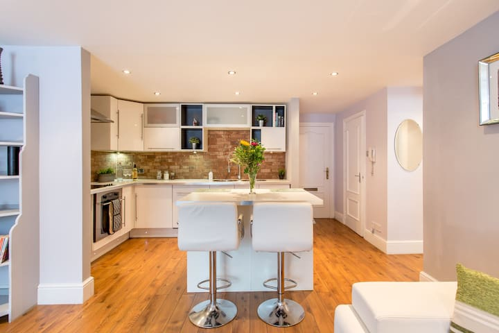 Modern warehouse apartment with private parking - Edinburgh - Apartment