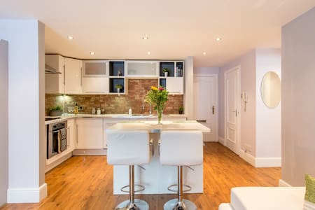 Modern warehouse apartment with private parking - Edinburgh