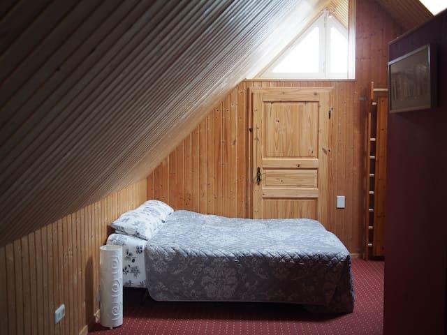 Apartment im Dachgeschoss mit Dusche und Küche.