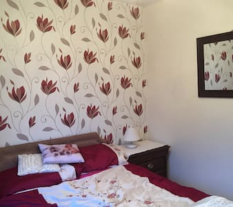 Double bedroom in relaxed home .... - Wrexham - 独立屋