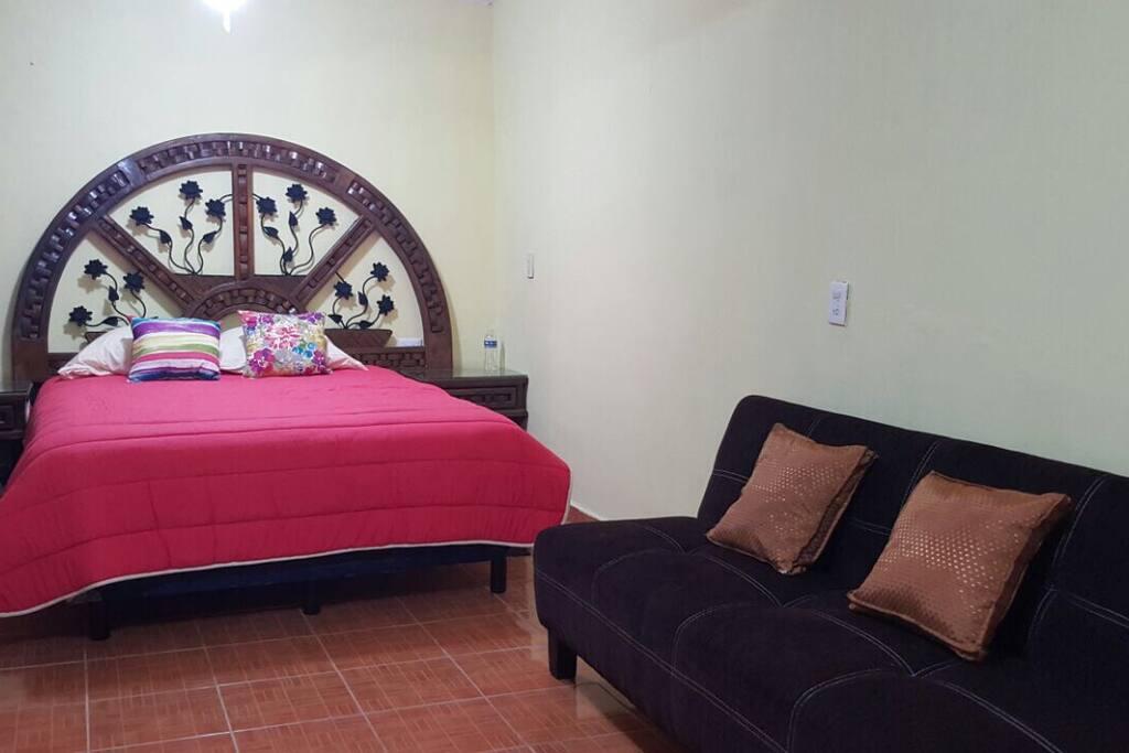 Cama Queen size con burós y sofá cama para huésped extra