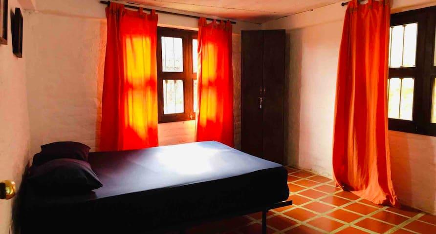 Casa Colonial Habitación Principal con baño privado y armario para ropas.