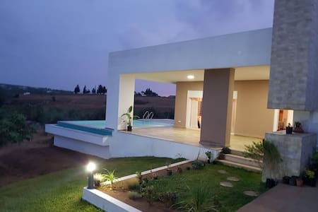 Villa de campagne luxueuse avec piscine et garage