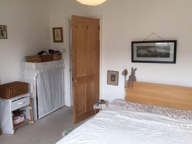 Bright double bedroom in cosy Brazilian home, Bath