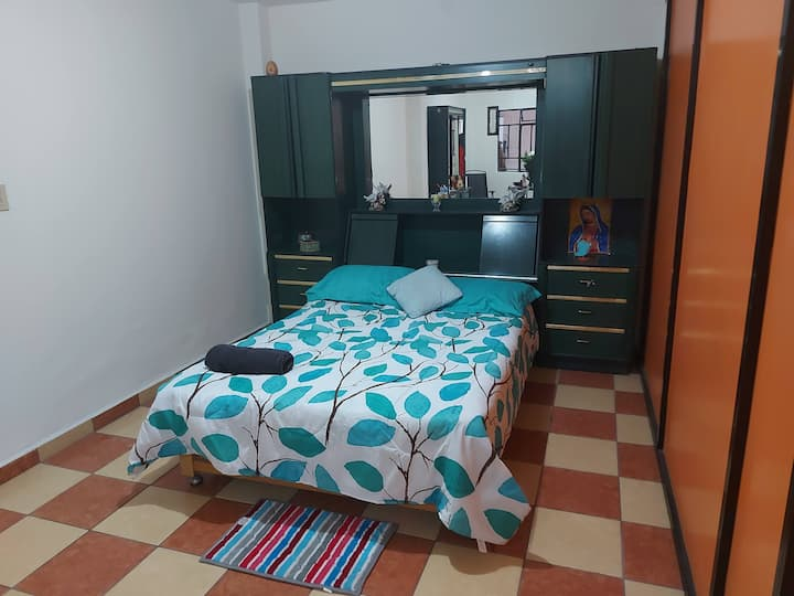 Cálido y céntrico cuarto con wifi Casa Colibri