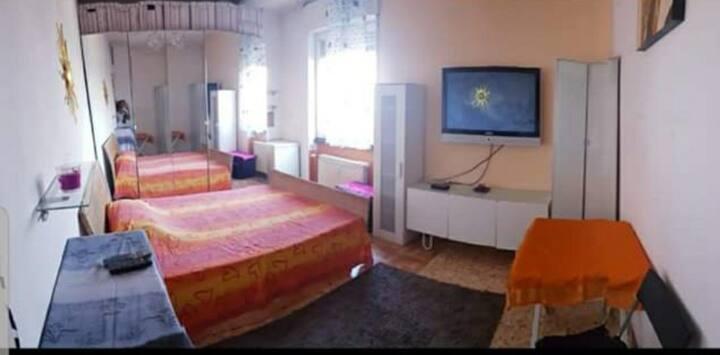 Ampia stanza con letto matrimoniale solo per donna