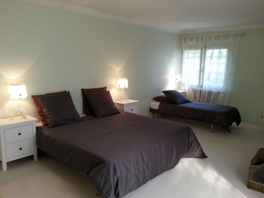 Cette chambre est un vrai cocon, avec sa moquette et ses tons pastels.