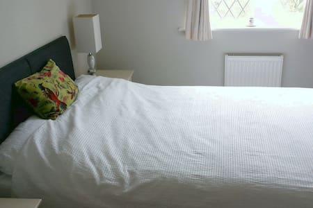 Double Room En-suite in Alderley Edge with parking