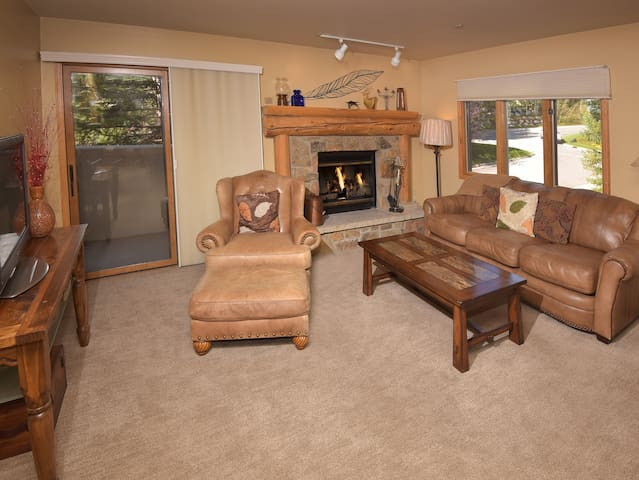 1Br/2Ba Townsend Place- Walk to Slopes & Village