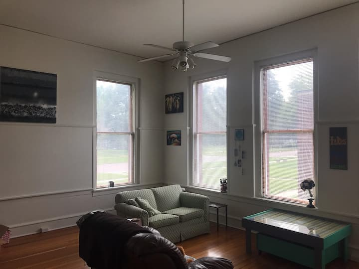 Small-Town Cozy Stay: Close to Omaha & Airport