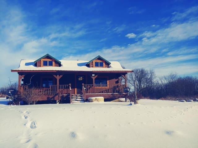 Cozy & Rustic Hilltop Cabin (Insta @elroy_estate)