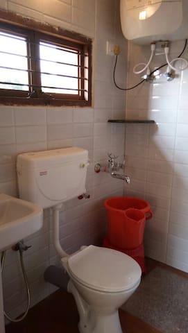 Room 3, bathroom!