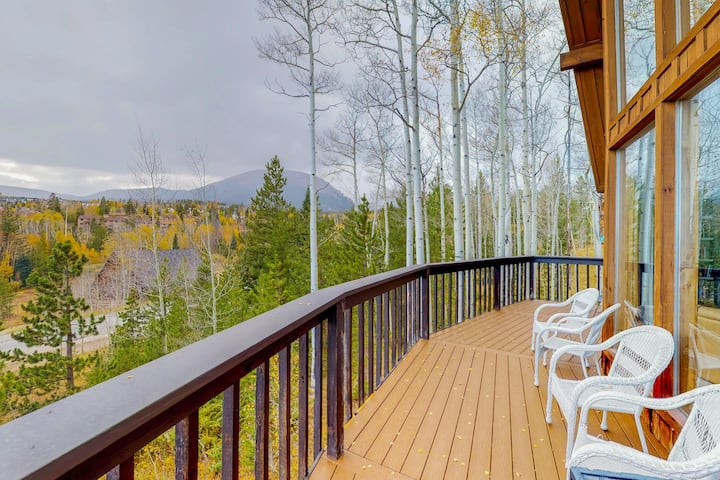 Modern home w/ private hot tub, a large deck & gorgeous views - close to town!