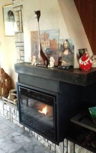 Chambre chaleureuse et confortable - Hinges