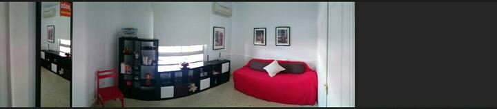 Habitación confortable dentro de un piso acogedor.