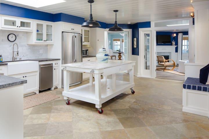 Penthouse Steps to Sand 2 suites & bonus quarters