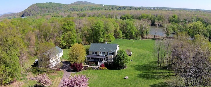 Potomac Overlook Farms: 4 BR, 10 Acre River Estate