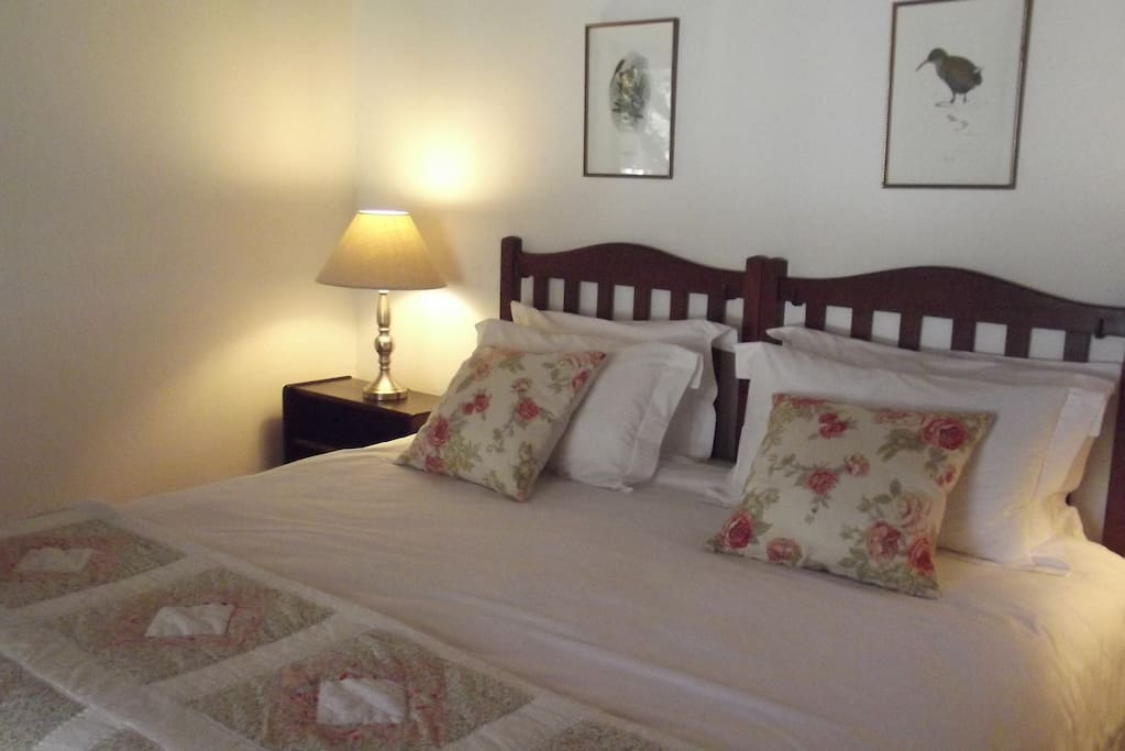 Kingsize bed with luxury percale linen